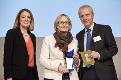 Jacob Hensen from Fertilizers Europe presents Julie Girling with her award of MEP of the Year for Agriculture and Animal Welfare